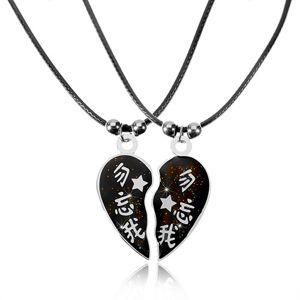 Dwa naszyjniki dla zakochanych z chińskimi znakami, rozdzielone serce