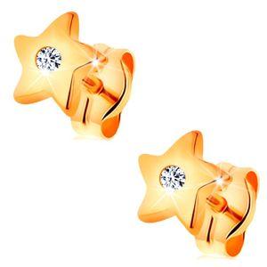 Kolczyki z żółtego 14K złota - lśniące gwiazdeczki z bezbarwną cyrkonią pośrodku