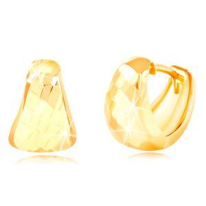 Kolczyki z żółtego 14K złota - zaokrąglony trójkąt z szlifowaną powierzchnią