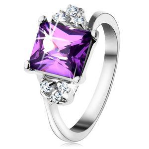 Lśniący pierścionek srebrnego koloru, prostokątna fioletowa cyrkonia, drobne cyrkonie - Rozmiar : 54