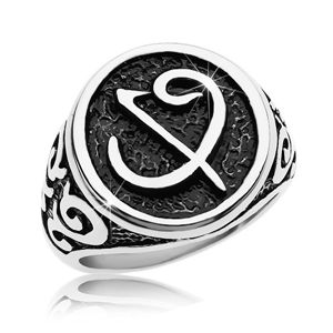 Pierścionek ze stali chirurgicznej - czarna pieczęć z symbolem, ornamenty na ramionach - Rozmiar : 68