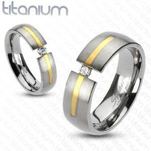 Tytanowy srebrny pierścionek  - złoty pasek, cyrkonia - Rozmiar : 49