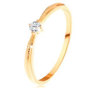 Zaręczynowy pierścionek z żółtego 14K złota - okrągła przezroczysta cyrkonia, nacięcia na ramionach - Rozmiar : 57