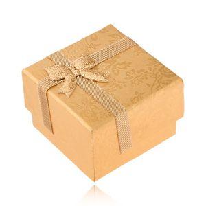 Złote pudełeczko na pierścionek ozdobione wstążką i kokardką, złote róże