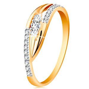 Złoty pierścionek 585 - lśniące zagięte ramiona, błyszczące pasy i trzy cyrkonie - Rozmiar : 55