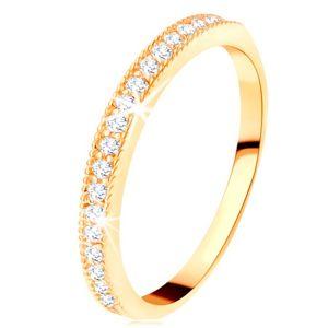 Złoty pierścionek 585 - przezroczysty cyrkoniowy pas z podwyższoną karbowaną oprawą - Rozmiar : 51